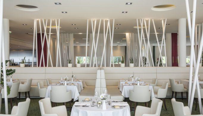 ein gedeckte Tische im Panorama Restaurant im SPA RESORT STYRIA