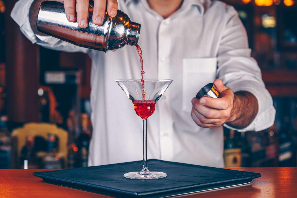 Barkeeper beim Cocktailmixen