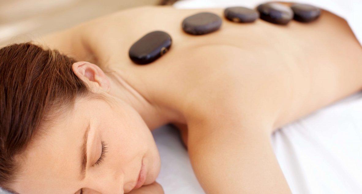 Entspannende Hot stone massage im Spa Resort Styria in Bad Walterdorf