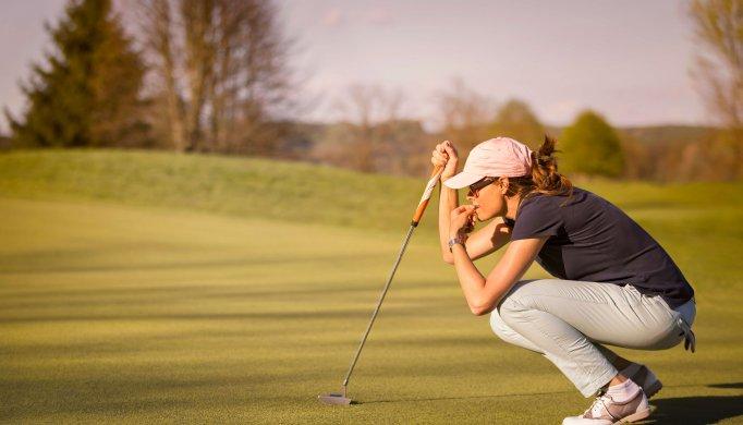 Dame beim Golfen