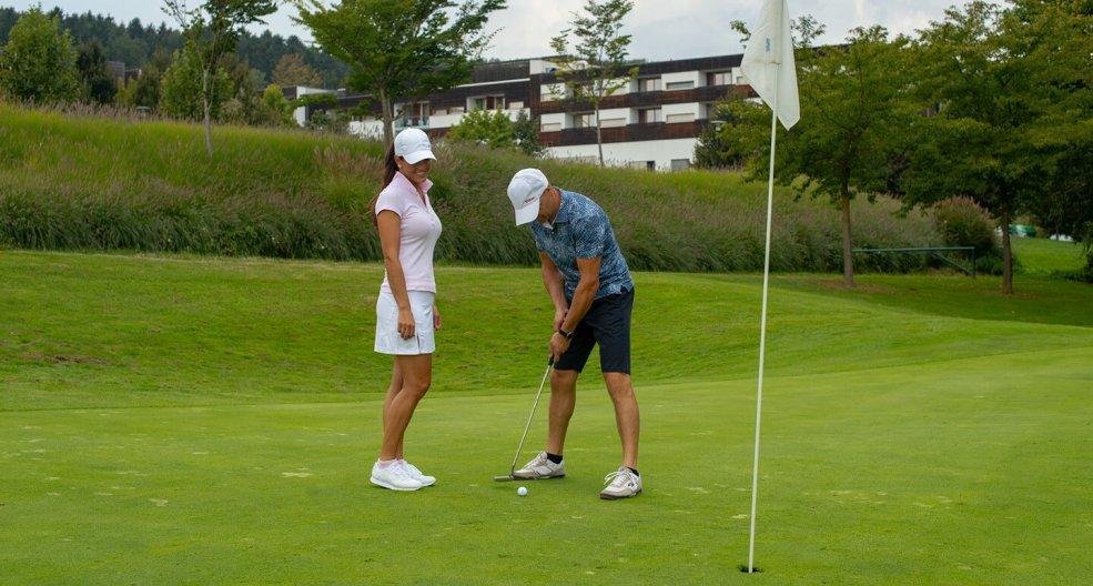 Pärchen spielt Golf in Bad Waltersdorf