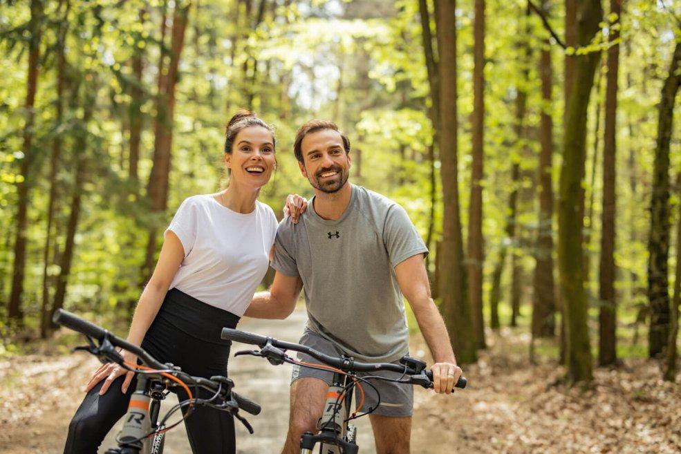 Pärchen beim Radfahren im Wald
